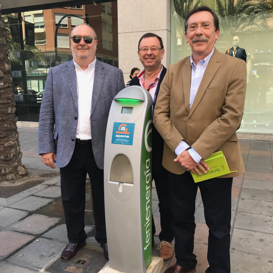 Alicante estrena el primer punto de recarga de vehículos eléctricos en la vía pública